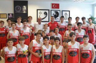 Genç basketbolcular kupalarıyla belediyede