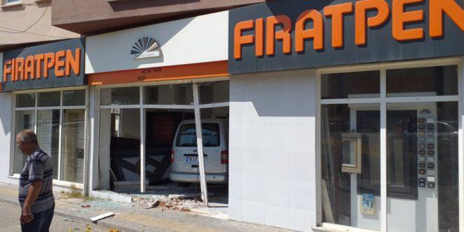 Aracın Kontrolünü Kaybetti İş Yerine Girdi
