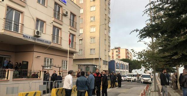 Gemlik'te bin polisle şafak operasyonu... Gemlik ilçe emniyet ekiplerinin yanı sıra, Bursa narkotik polisi, çok sayıda adrese bin polisle şafak operasyonu düzenledi.