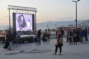 Dev ekranda Atatürk gösterisi