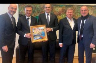 Borusan Holding CEO'suna ipek tablo armağan edildi