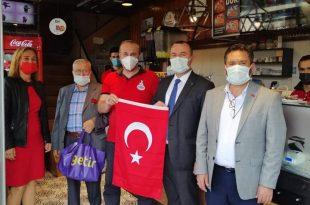MHP CUMHURİYET BAYRAMI NEDENİYLE 500 ADET BAYRAK DAĞITTI