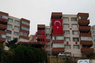 Gemlik'in köklü yerleşim yerlerinden Uğur Sitesi, bu yıl da bayraklarla donatıldı.