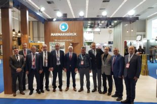 """Asa, """"Tarım kooperatifler ile kalkınır"""" Marmarabirlik, Ticaret Bakanlığınca 5-8 Aralık'ta Ankara Ticaret Odası (ATO) Congresium'da düzenlenen Türkiye Kooperatifler fuarına katıldı. Cumhurbaşkanı Yardımcısı Fuat Oktay Marmarabirlik'in ülkemizde kooperatifçiliğin örnek kuruluşlarından biri olduğunu söyledi. 5-8 Aralık' tarihleri arasında 3'üncüsü gerçekleştirilen Türkiye Kooperatifler Fuarı'nda """"Küresel Ekonomiye Kooperatiflerin Etkisi"""" değerlendirildi. Fuarın açılışını Cumhurbaşkanı Yardımcısı Fuat Oktay ile Ticaret Bakanı Ruhsar Pekcan yaptı. Ülkemizde Marmarabirlik'in kooperatifçiliğin örnek kuruluşlarından biri olduğuna vurgu yapan Fuat Oktay, kooperatifçiliğin yaygınlaştırılması için gereken çalışmaların yapıldığını bildirdi. Fuarın ve ülkemizdeki kooperatifçiliğin genel bir değerlendirmesini yapan Marmarabirlik Yönetim Kurulu Başkanı Hidamet Asa; """"Kooperatifçiliğin önemi ve etkisi ülkemizde her geçen gün daha da iyi anlaşılmaktadır. Kooperatifler, üreticiden tüketiciye doğrudan ulaşan yapılardır. Ülkemizde tarım sektörünün kalkınması için kooperatifler daha etkin rol almalı ve kooperatiflere verilecek destekler artırılmalıdır. Tarım sektörünün kalkınması kooperatifçiliğin gelişmesine bağlıdır"""" dedi. Dünya geneline baktığımızda kooperatifçiliğin ülkemizde istenilen seviyede olmadığını belirten Marmarabirlik Başkanı Hidamet Asa, """"Başta Avrupa olmak üzere dünyada pek çok ülkede kooperatifçilik yapılanması bulunmaktadır. Tahminlere göre dünyada altı kişiden birisi kooperatif üyesi. Türkiye'de 49 bin kooperatif ve 6 milyon kooperatif üyesi vardır. Ülkemizde kooperatifçiliğin gelişmesi için önem ve destekler verilmelidir. Cumhurbaşkanı Yardımcısı Sayın Fuat Oktay'ın kooperatifçiliğin örnek kuruluşlarından biri olarak Marmarabirlik'i göstermiş olması 32 bin ortağımız adına gurur vericidir"""" ifadelerini kullandı. Marmarabirlik'in sektörün öncüsü olduğunu belirten Asa, """"Son 10 yılda sofralık zeytin sektörüne yön veren bir kurum haline gelmiştir. Bu başarının temelinde kay"""