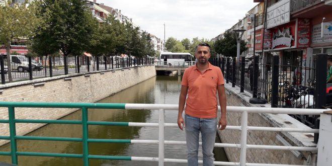 """Akkuş'tan Çökertme Havuzu Teklifi Gemlik Belediyesi İYİ Partili meclis üyesi Sedat Akkuş, Karsak deresi üzerinde kirliliğin önlenmesi için çökertme havuzu önerisi getirdi. Önerge Fen işleri müdürlüğüne havale edildi. Akkuş önergesinde, """"dere yatağının köprü altlarına gelen kısımlarında çökertme havuz yapılmasını, akan derede kaba pisliklerin burada birikmesinin ardından, bu havuzlarında belirli periyodlarla vidanjörler yardımıyla temizlenmesi sonrası derede temizlik oranının daha da artacağını"""" ifade etti."""