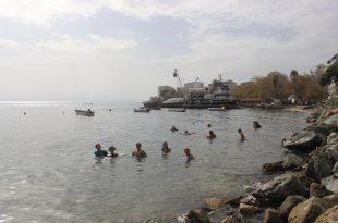 Ekim ayında temmuz sıcağını gören denize akın etti