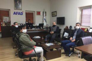 BURSA MAG -DER'E HEDİYE Geçtiğimiz aylarda İzmir'de meydana gelen depremde Rıza bey enkazında görev yapan MAG-DER ekibi AFAD daire başkanlığı tarafından ödüllendirildi . Bursa AFAD il müdürü Yalçın Mumcu ve Arama kurtarma birim amiri Nevzat Aydın AFAD daire başkanlığı adına hediyeleri teslim ettiler . AFAD İl Müdürü Yalçın Mumcu destekleriniz için teşekkür ederiz her daim birlikte hareket etmekten gurur duyuyoruz dedi Daha öncede bir çok afet bölgesinde görev yapan ve bir çok ödül alan MAG-DER Ekibi başarılarına bir yenisini eklemiş oldu . MAG- DER Başkanı Yusuf yumru AFAD il müdürlüğü nezlinde verilen hediyeler için AFAD Daire Başkanlığına teşekkür etti . Yumru her türlü afet durumunda AFAD ekipleriyle uyumlu çalışmaya devam edeceklerini söyledi