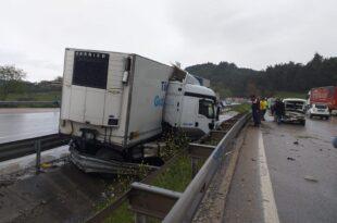 Gemlik Dürdane mevkiinde Yağış kazayı tetikledi, 4 araç birbirine girdi